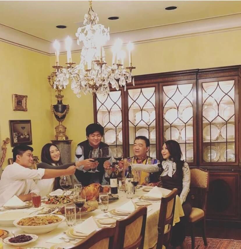 卿卿一家五口住在長島的古堡大宅,Jeffrey工作忙碌,但在一些節日,會特地抽空與家人相聚。