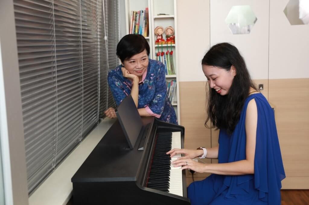 師母望着女兒彈琴一臉滿足,她說母女從未試過這模式合奏,很有紀念價值。
