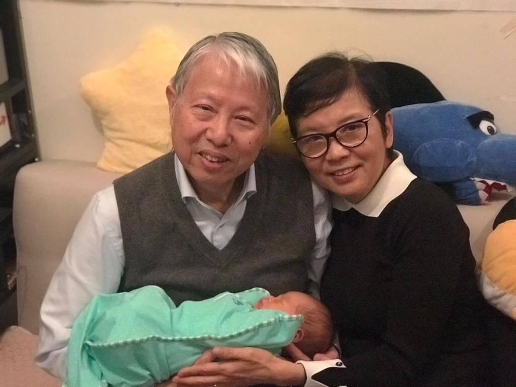 何牧師和師母榮陞外祖父母,P牌新手學湊孫。