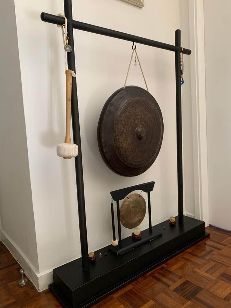 家中二樓梯間放了一座銅鑼,今次所錄製的歌曲,亦有出動它呢!