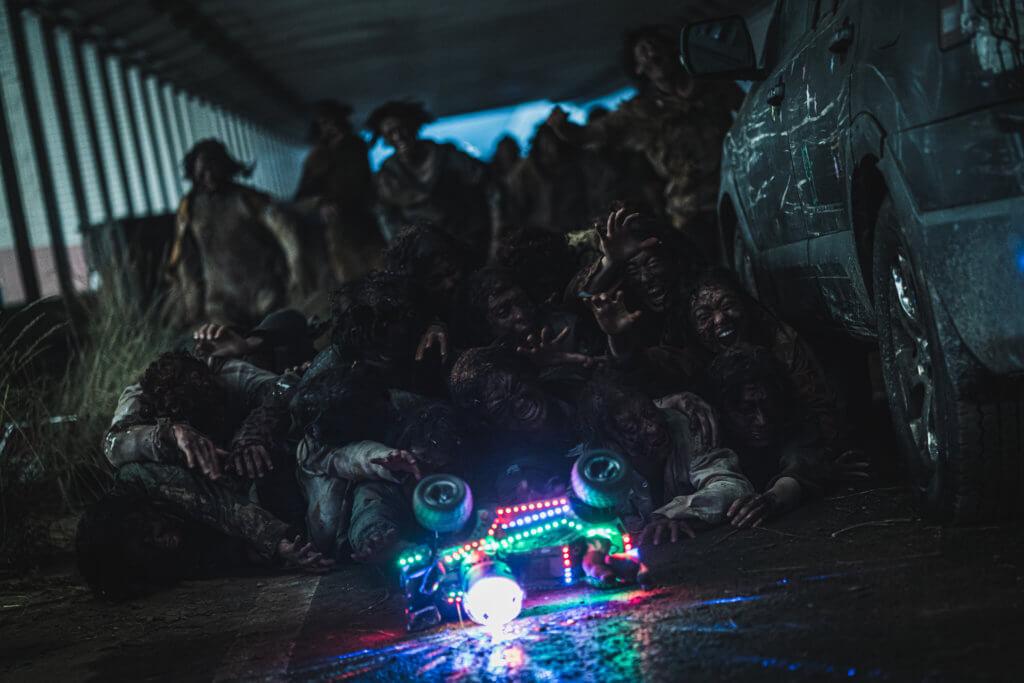 電影以被喪屍入侵的韓半島為場景,呈現末世景象。