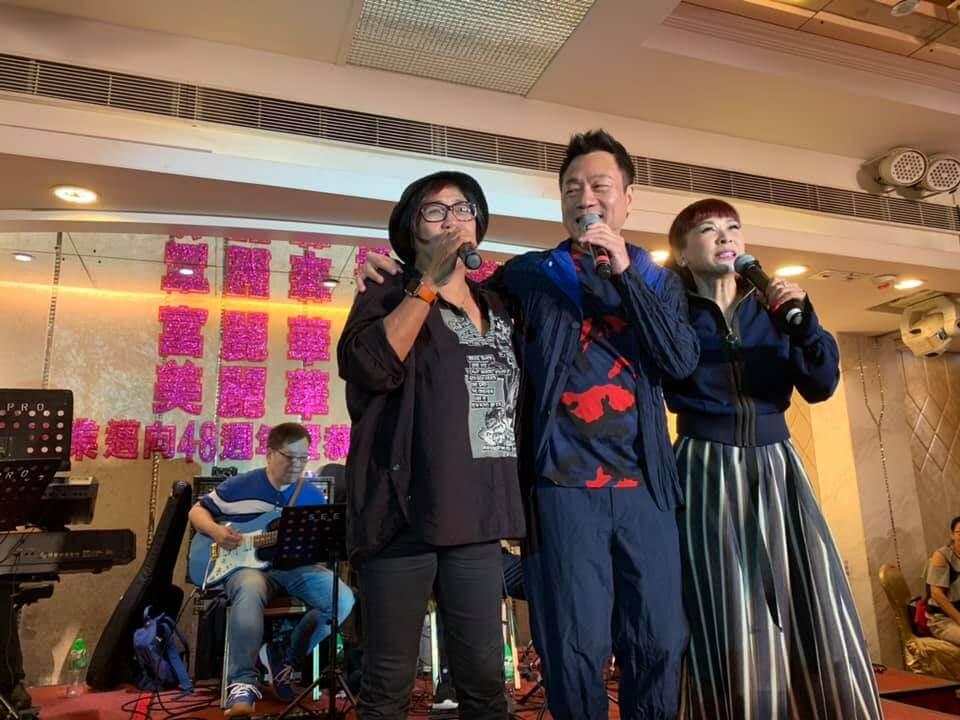 黑妹與黎耀祥登台唱歌