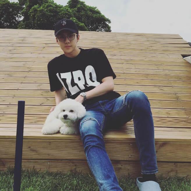 世勳本來已有愛犬Vivi,今年初開始代友照顧Monsieur(下圖),起初還被網民以為他把Vivi 染了啡色。