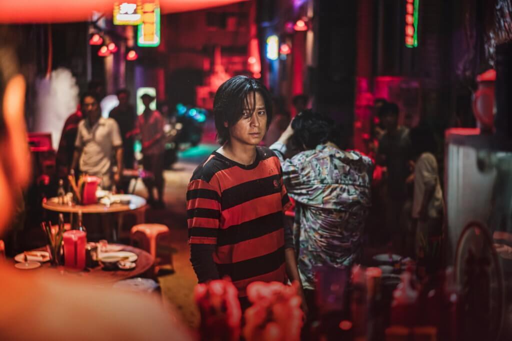 片中姜棟元為逃避喪屍而來到香港,香港街景也頗像真。