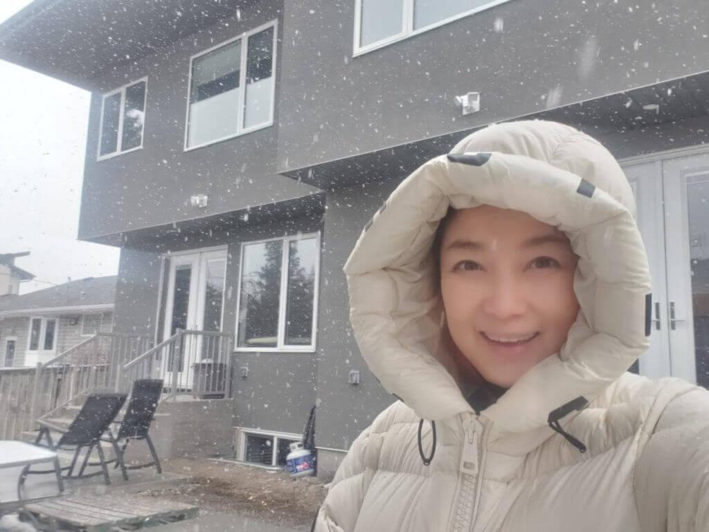 王綺琴今年帶兒子到加拿大升學,住在數千呎大屋,遇上疫情留在當地。