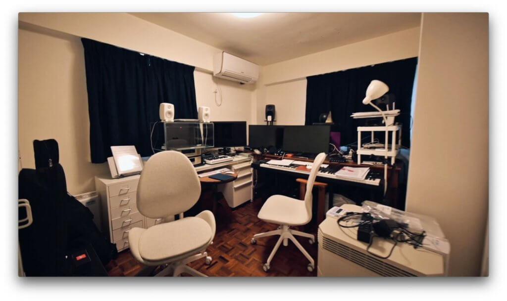 盧冠廷位於二樓的工作室,由於他有化學敏感症,電腦屏幕要套上一個魚缸來減低釋出的化學物質。