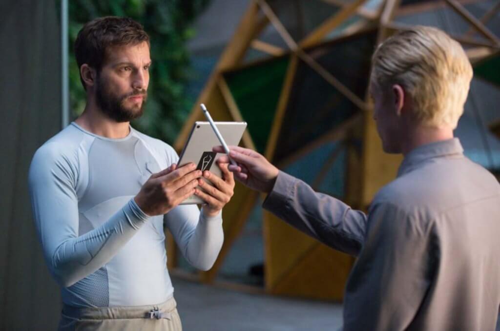 《超能復仇》男主角格雷遇上一位神秘年輕發明家,對方對他的命運有巨大影響。