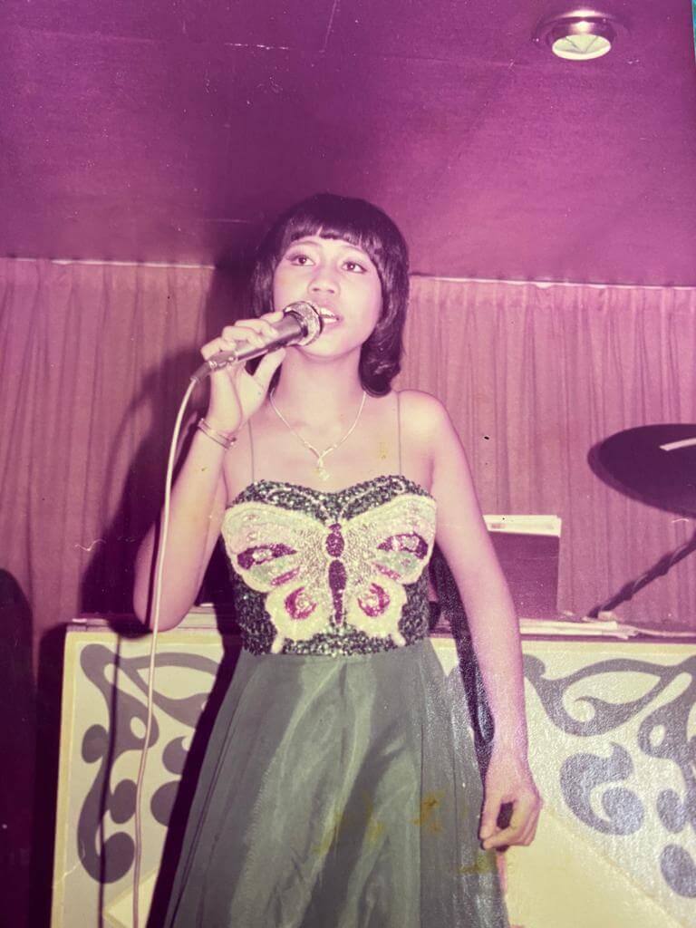 李麗霞十三歲開始在酒樓夜總會唱歌,最初以唱國語歌為主。