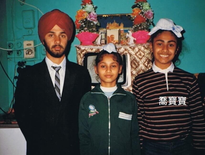 (右)穿橫間上衣的是童年喬寶寶,頭頂紮髻,以前同學叫他做「叉燒包」。