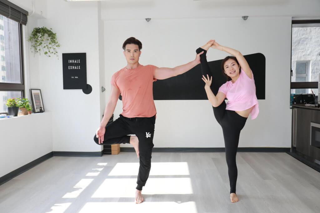 夫婦一起做雙人瑜伽,難度較高的動作可以培養彼此的信任。