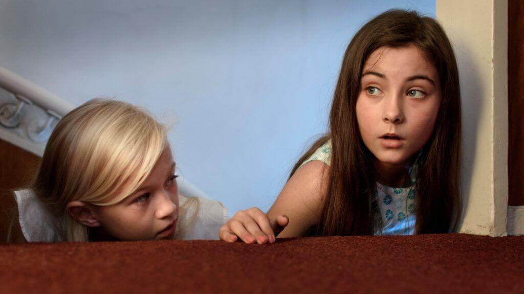 主角一對女兒並不知道殺人狂比他們早到老家報復