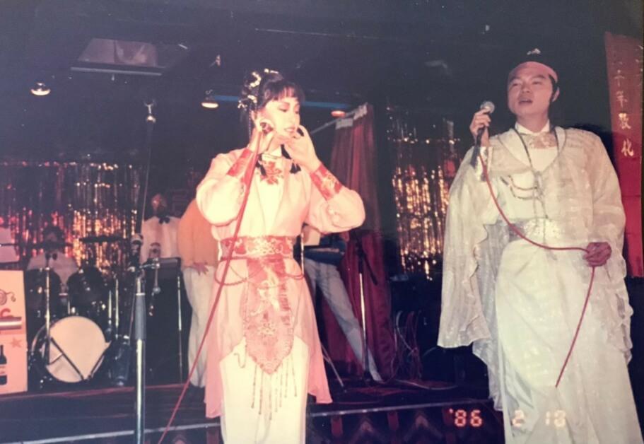 無綫昔日的劇集打動不少海外華人觀眾,當年艾威與廖安麗以古裝造型赴英國登台。