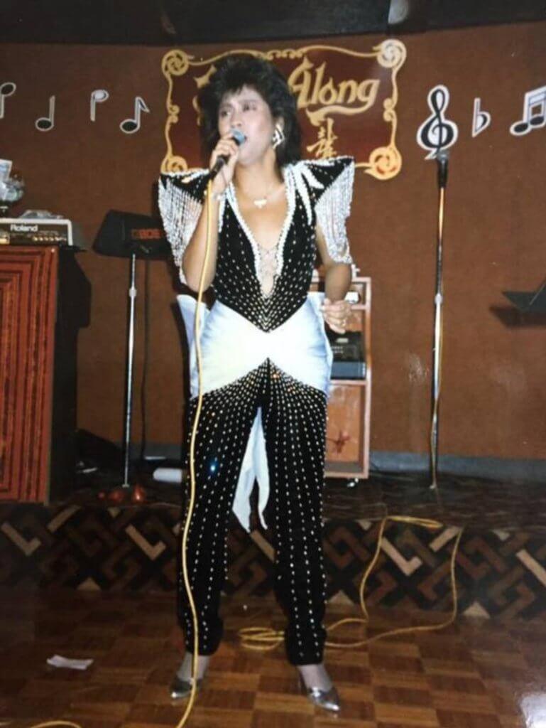照片中李麗霞造型似甄妮,她說參加新秀時就是唱甄妮的歌。
