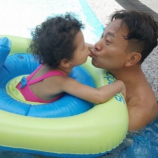 陳國邦的理念是感情要由內到外表達出來,經常與女兒親吻示愛。