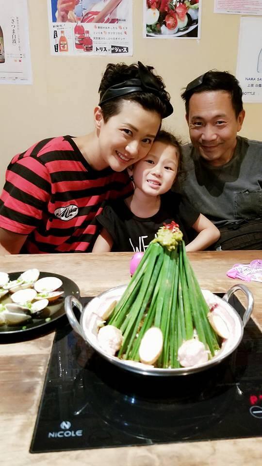 陳國邦與羅敏莊及女兒上載的旅遊美食照
