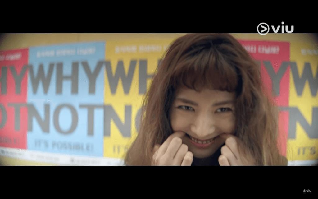 在第一集中,林珍兒一頭褐色鬈髮加詭異笑容,十足瘋女人!
