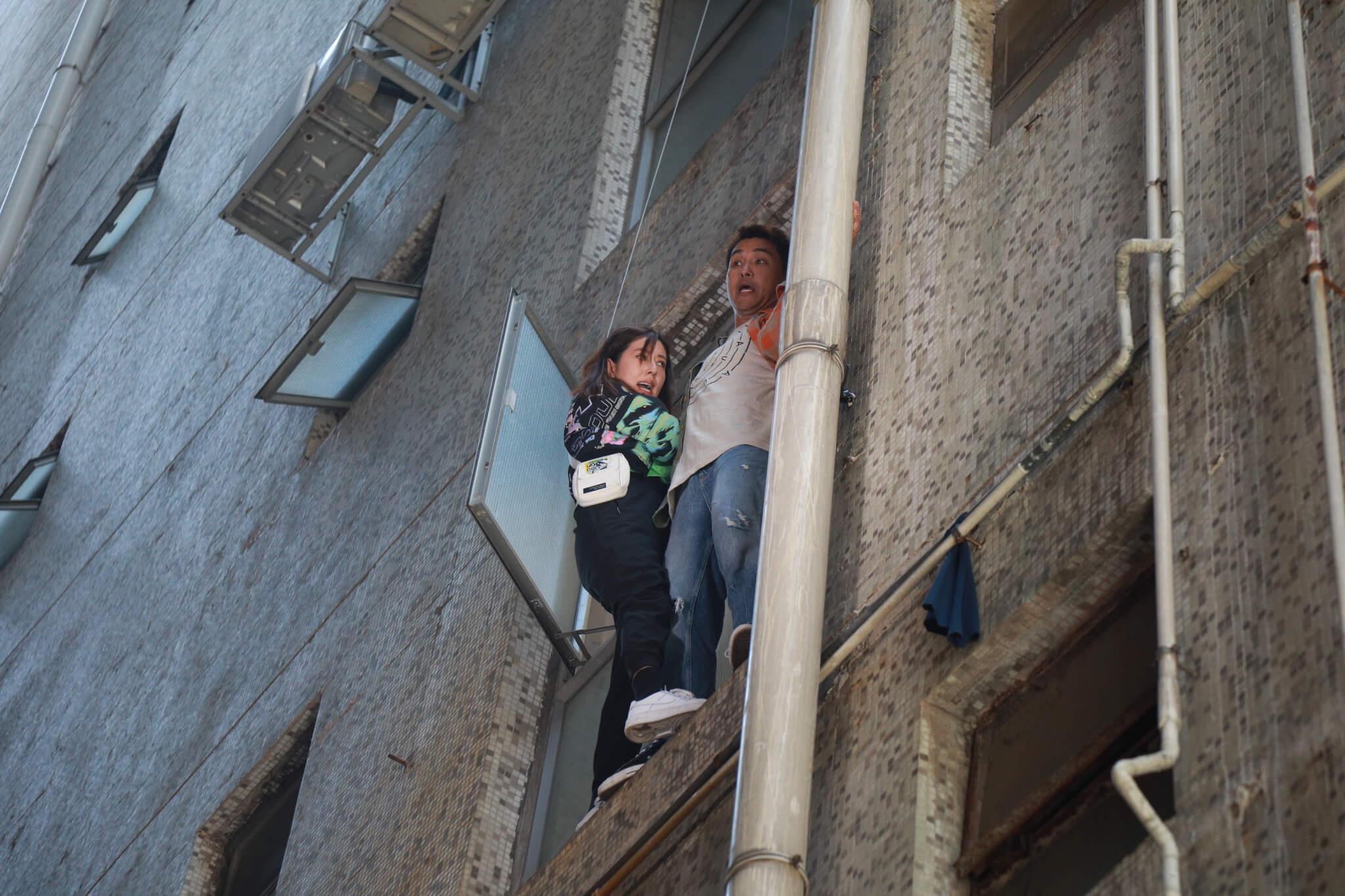 陳展鵬與唐詩詠為新劇《超能使者》賣命演出,兩人站在四樓外牆準備逃亡。