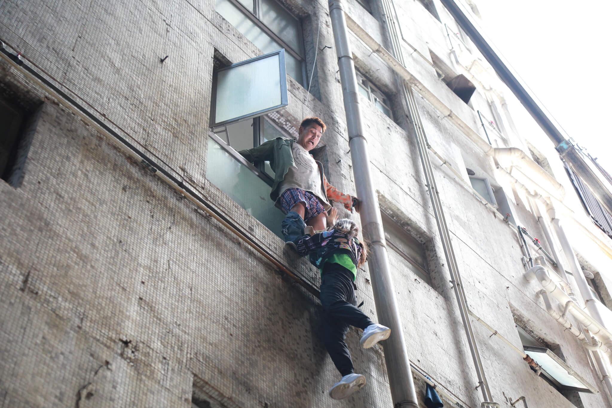 被半天吊的唐詩詠,為保命扯甩陳展鵬條褲,令他當眾露底。