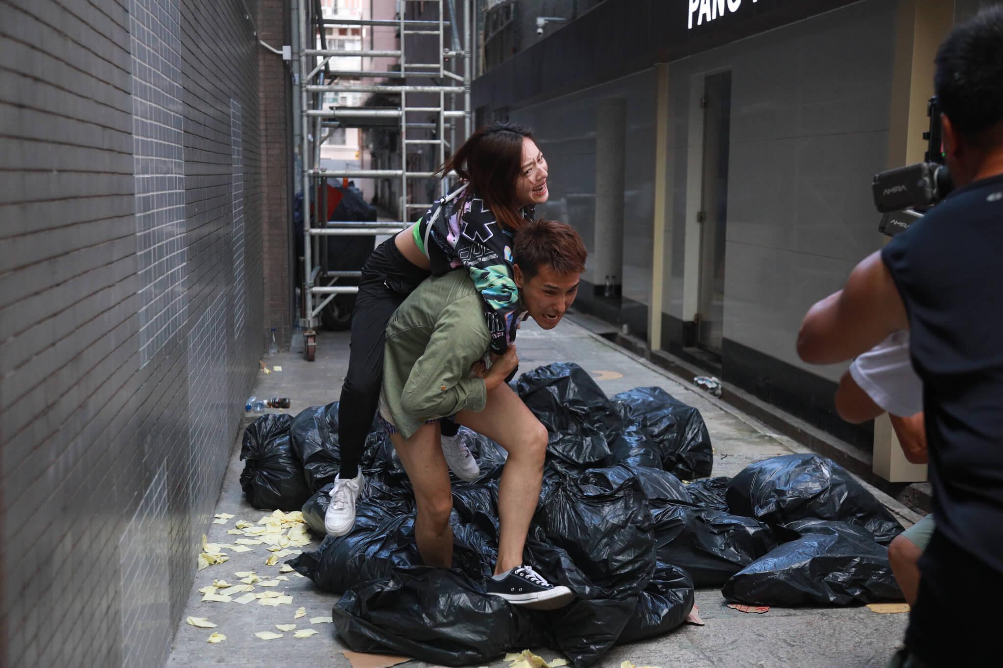 兩人墮樓後,只穿內褲的展鵬隨即孭起詩詠逃跑。