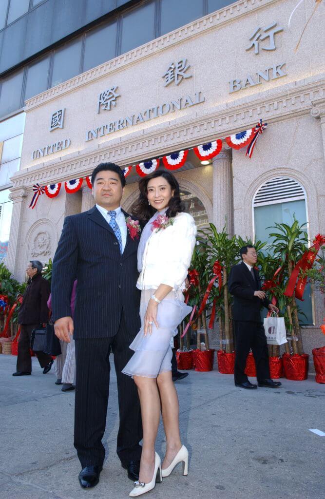 二○○六年,胡兆明取得美國銀行經營牌照,投資逾億,開設了紐約國際銀行,他是銀行的最大股東。