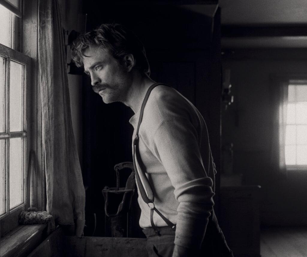 羅拔飾演年少氣盛新進守塔員,演出脫胎換骨。