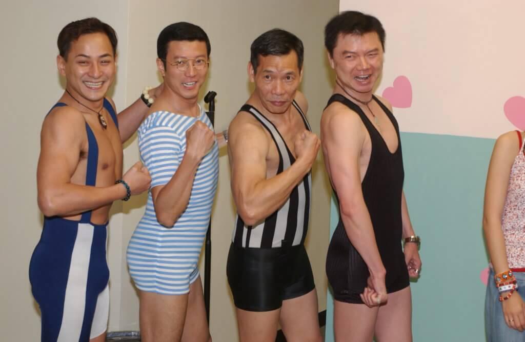 艾威與李家聲、楊英偉及王青穿上一件頭泳裝拍攝《戀愛自由式》,充滿喜感。