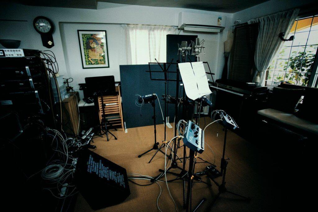 廿多名樂手及工作人員,加上大批樂器及設備,令盧冠廷家中飯廳化身音樂演奏廳。