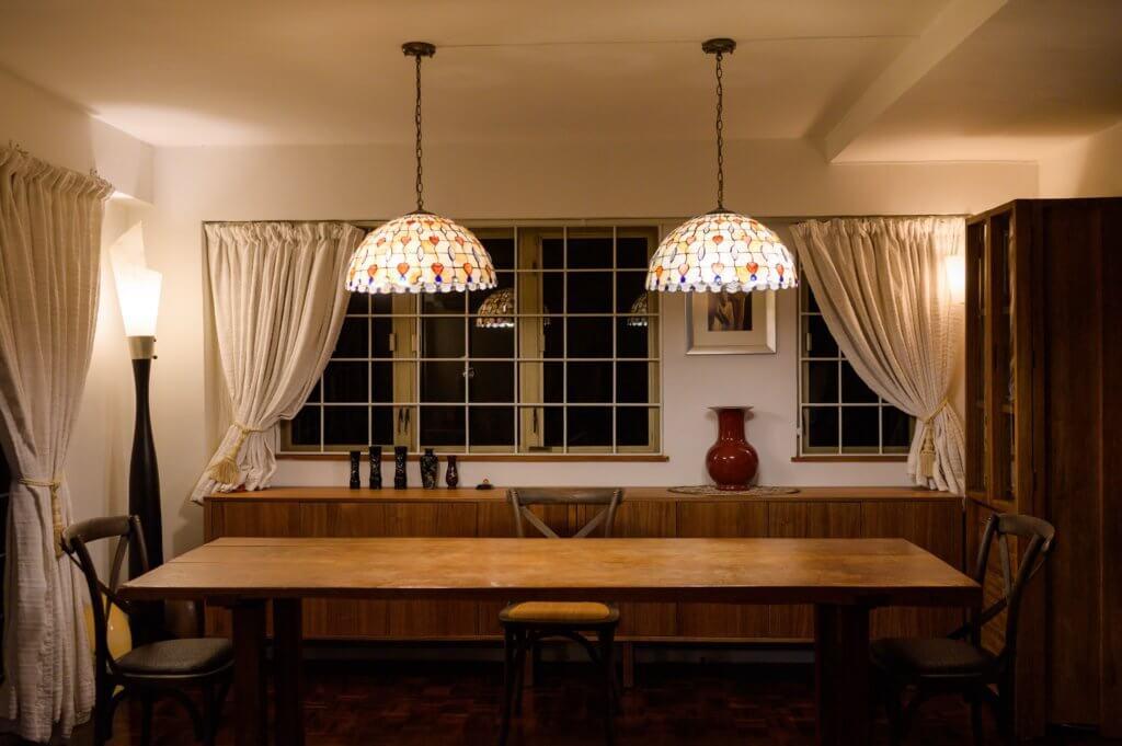 飯廳擺放了一張幾十年前購買的白酸枝長餐枱,他覺得實木傢俬是不會過時的,可以代代相傳。