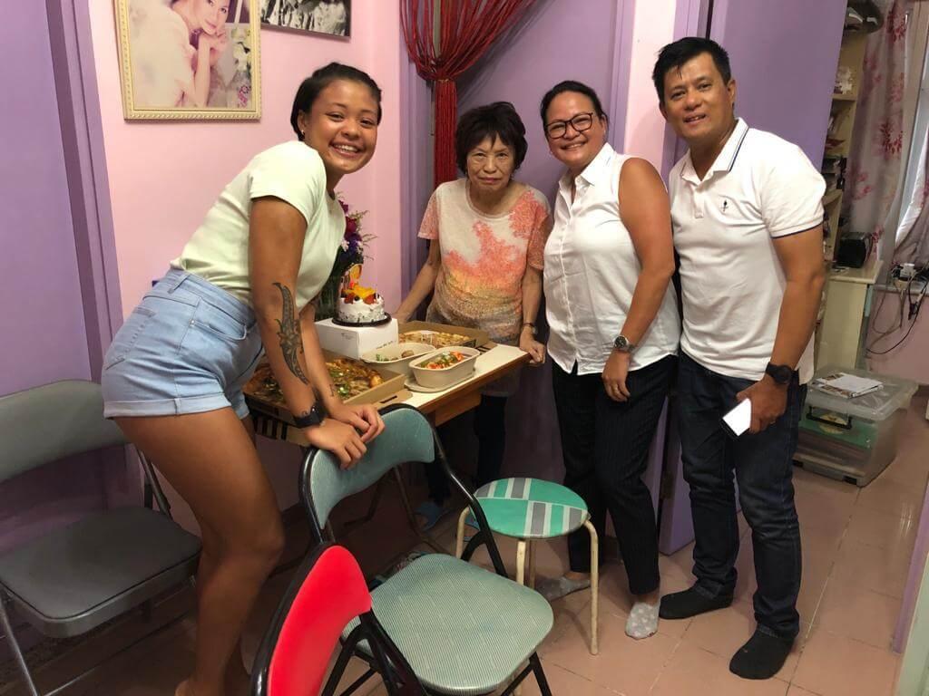菲律賓朋友一家三口,帶蛋糕、美食上門為余毛姐慶祝。