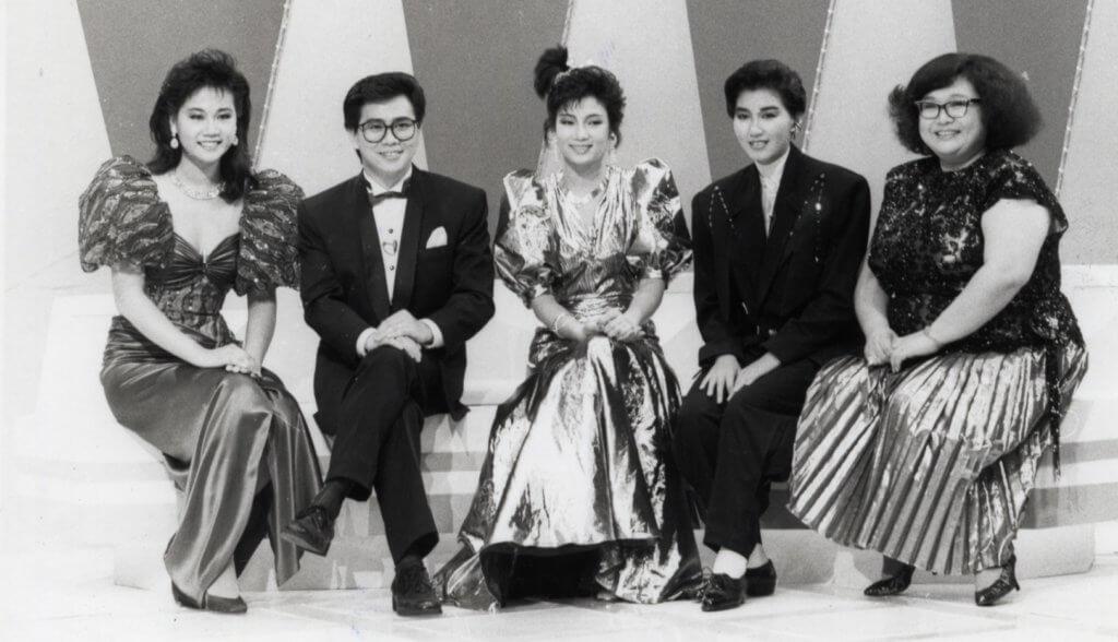 王綺琴86年當選電視小姐後接受沈殿霞訪問,還有同年的港姐冠軍李美珊和新秀冠軍文佩玲。