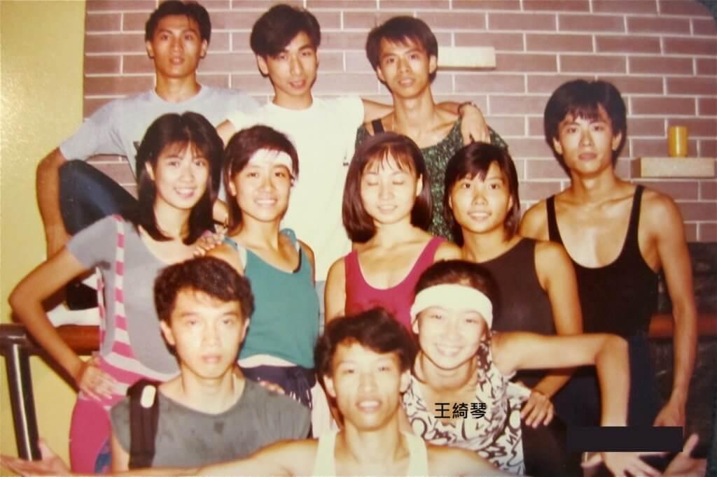 讀TVB舞蹈藝員訓練班時期,排舞老師是許願 (後排)。