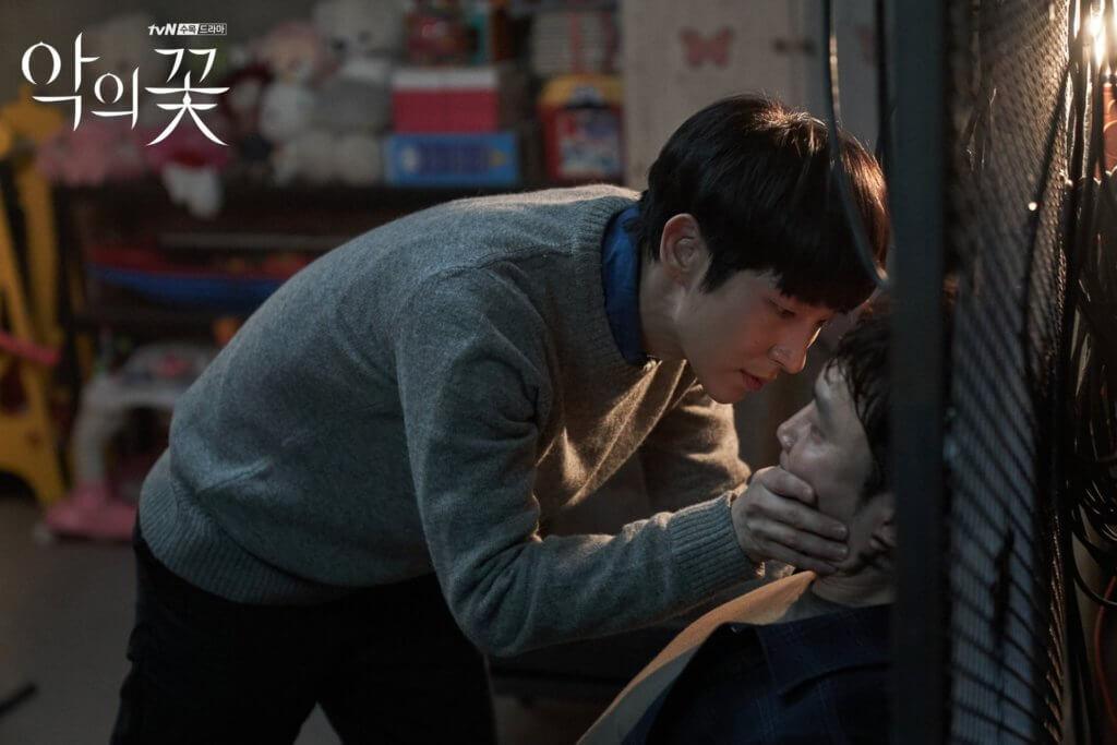 飾演記者的徐賢宇,本是李準基的同學,所以當他來到李準基的店舖時,立即認出他,而李準基為了保守秘密,把徐賢宇囚在地下室及拷問。