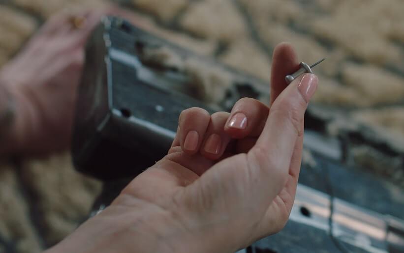 女主角在家吸塵發現一粒釘,令她異食癮發,要將釘子吞下去。