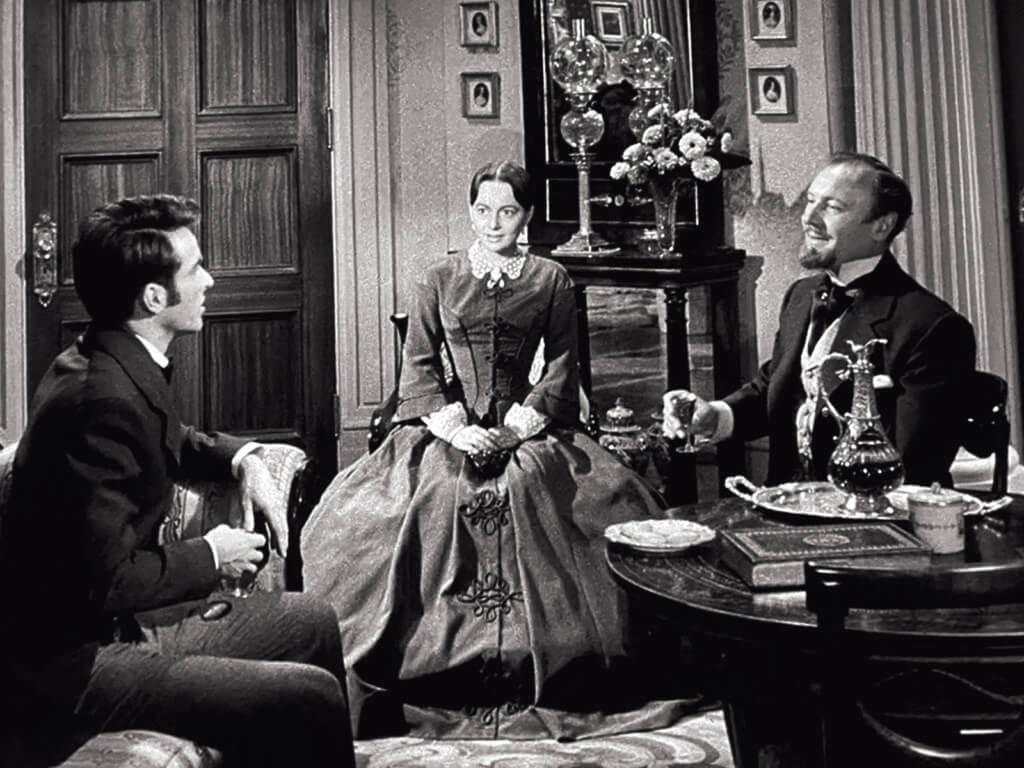 《千金小姐》(又名《斷腸花》)原名《女繼承人》。夏蕙蘭在三分二的電影裏,只有呆沒有萌,但俊俏如孟甘穆利.奇里夫飾演的「文藝青年」對她卻是「一見鍾情」。他到底被她哪一方面吸引?在身為父親的眼中,答案就是「妳將繼承的財富」。這一幕,夏蕙蘭身在理想丈夫與嚴厲父親之間,以為二人賓主甚歡,自己的幸福也將翩然而至。不幸是,她果然太天真了。