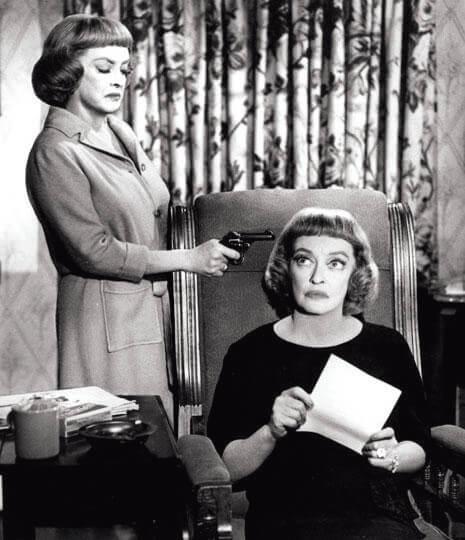 比堤.戴維斯在《死亡鈴聲》(1964)也是演出「姊妹驚魂」,但與同年的《蘭閨驚變》不一樣的是,片中對手容易應付得多。一,戲分上不用跟「她」斤斤計較;二,排名上不用怕「她」有位可上;三,表演上不用忌「她」搶了鏡頭,因為這個「她」不叫鍾.歌羅馥,卻也是叫比堤.戴維斯。