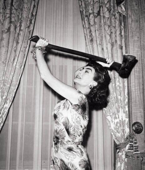 鍾.歌羅馥 在《連環斧頭殺人事件》(1964)開場已大斧一揮砍下出軌丈夫與他的情婦兩個人頭,但故事真正開端,是二十年後她從精神病院歸來,與當年目睹慘案的女兒同住。女兒已有親密男友,她卻似要在他們之間扮演「第三者」。演出影片時她已過了五十歲,但她說服創作團隊這角色只有四十歲。
