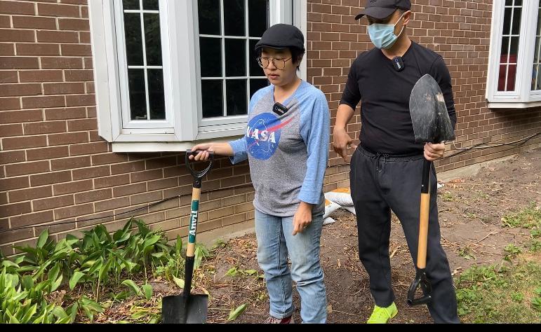 加國日常生活,鄭敬基與太太Angie親力親為在家中花園除草。