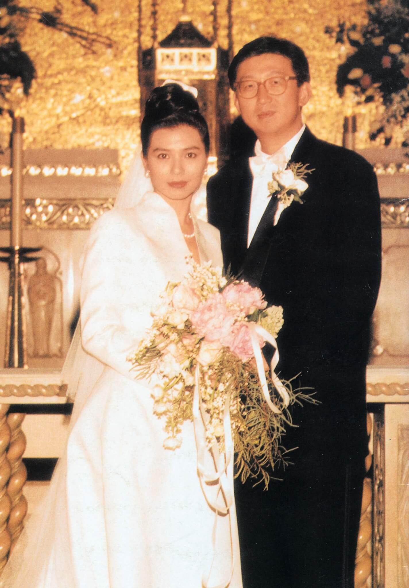 鍾楚紅於1991年12月與朱家鼎結婚,她特別挑選英國王室御用設計師Hartnell為她設計婚紗,在羅省聖百蘭大教堂行禮。