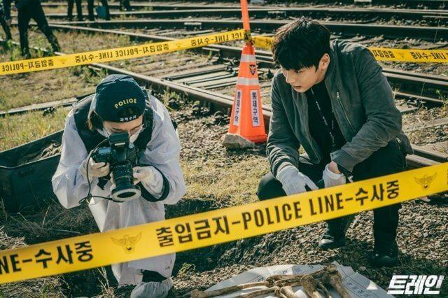 申素律做搜證科調查員,經常跟尹施允在案發現場齊齊合作。