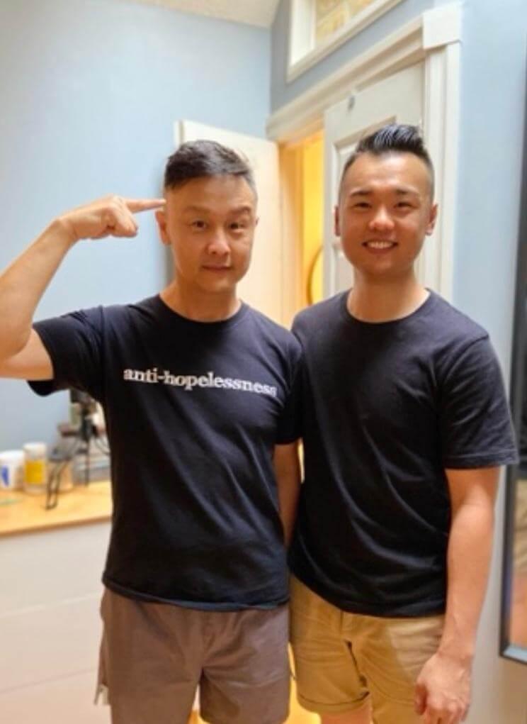 鄭敬基兒子Jonathan已經三十歲,是物理治療師,早前更為他理髮,效果不錯呢!