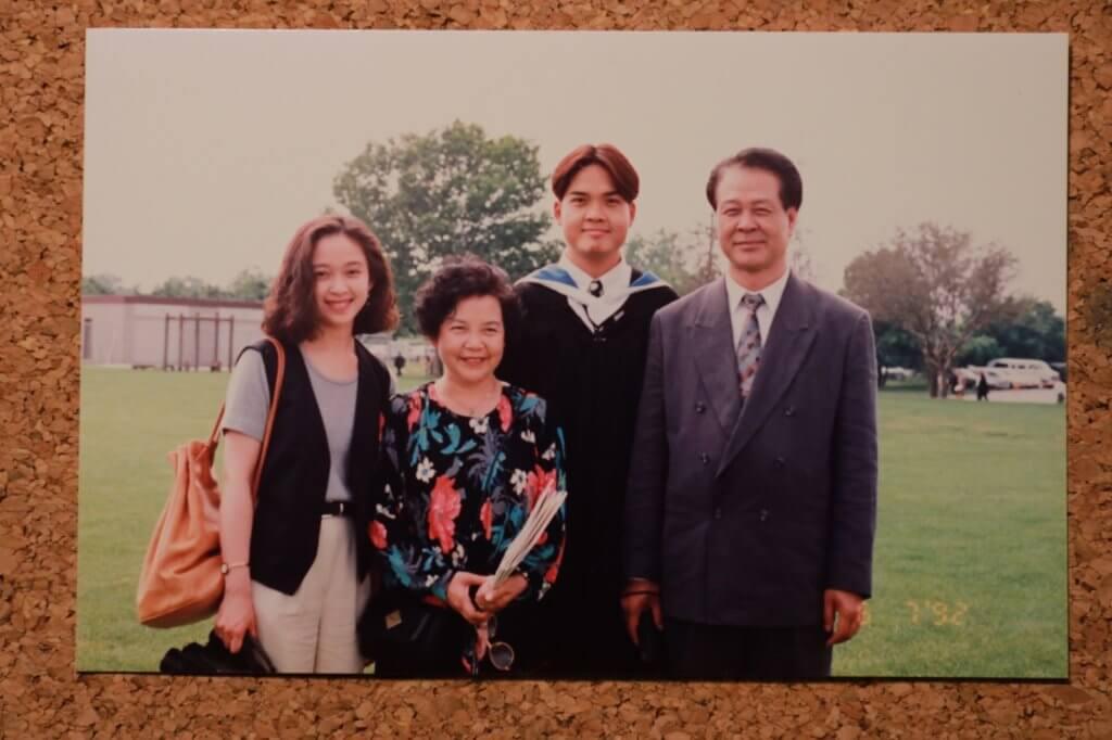 鄭啟泰在加拿大溫莎大學畢業,父母及胞妹一起出席其畢業禮。
