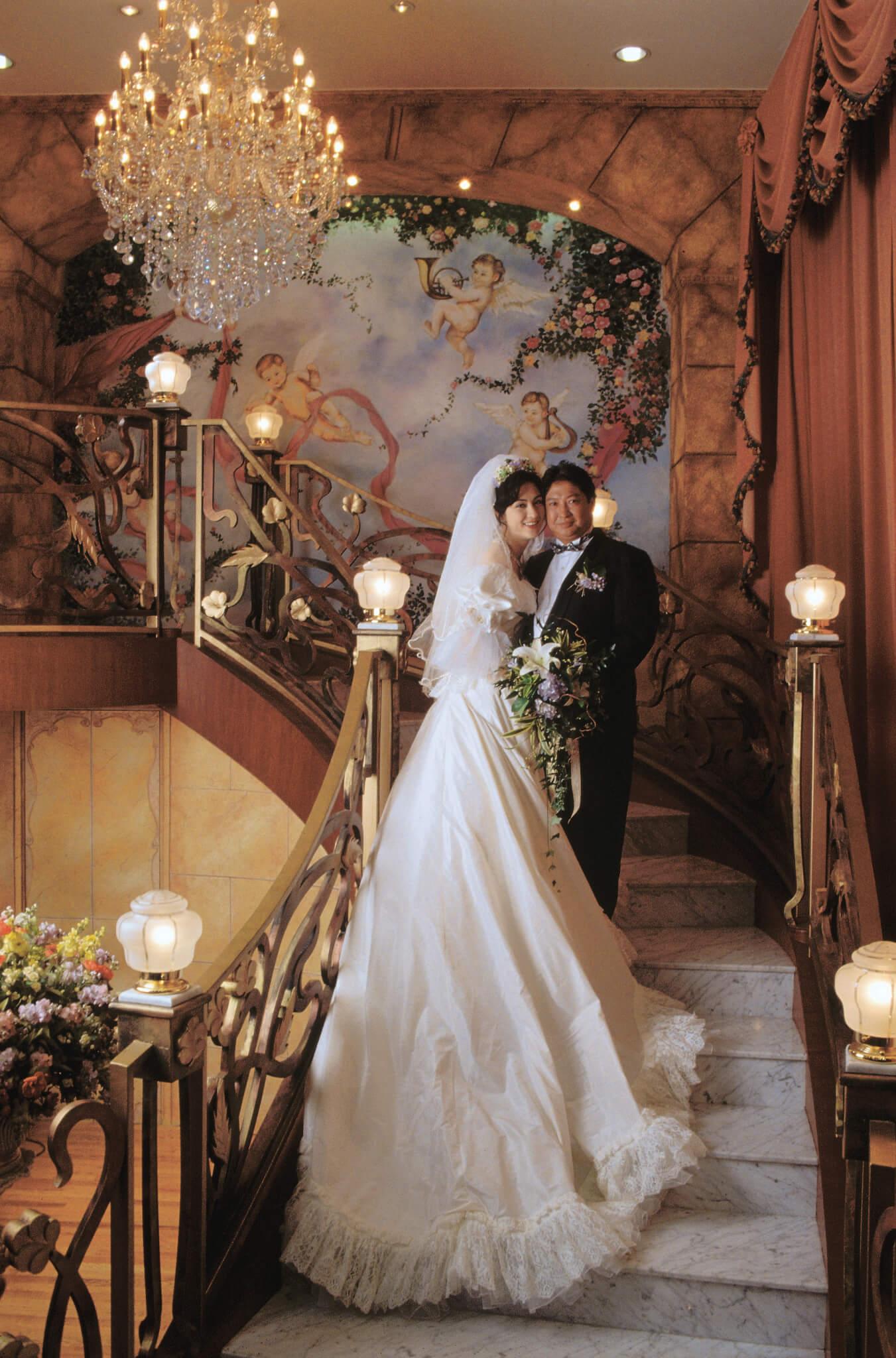 高麗虹戴上洪金寶送的價值十多萬元三卡拉鑽石戒指,1995年4月正式成為洪太。