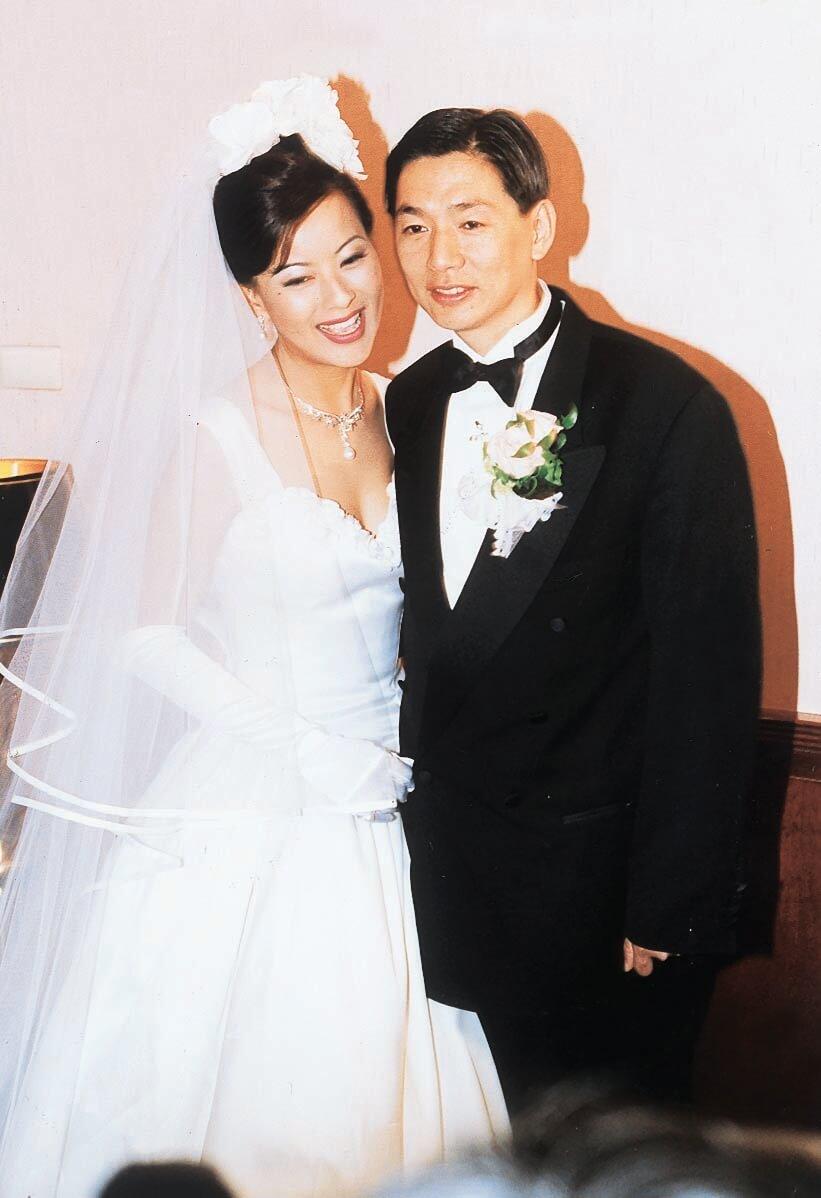 李美鳳與台灣富商鄭翔中熱戀四月,一年後(1996年4月)在台北出閣。這位「電眼美人」從事婚紗生意,婚紗照當然由自己一手包辦。