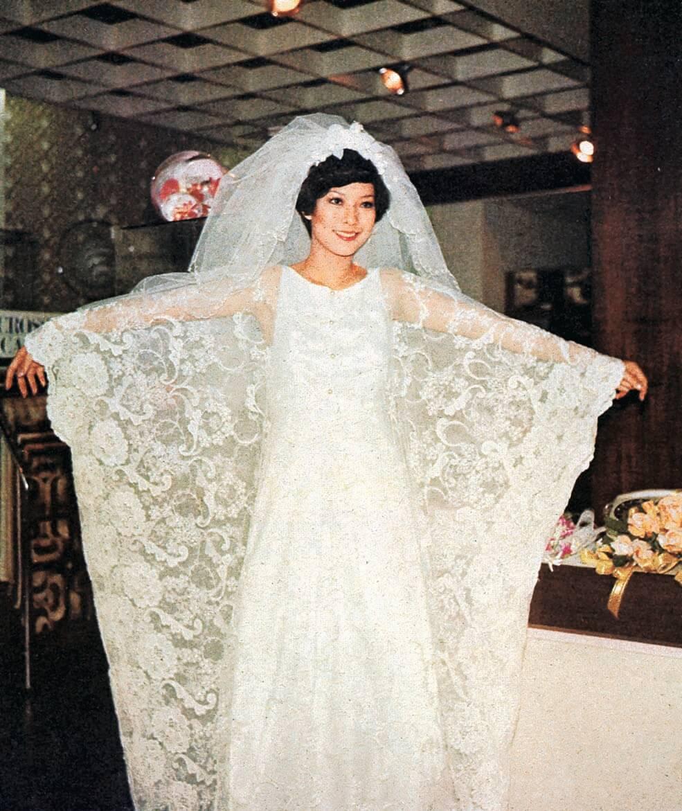 1976年3月容朱迪與何金城結婚,她可說是環保先驅,這一襲嫁衣是租來的,租衣連拍照,不過七百大元。