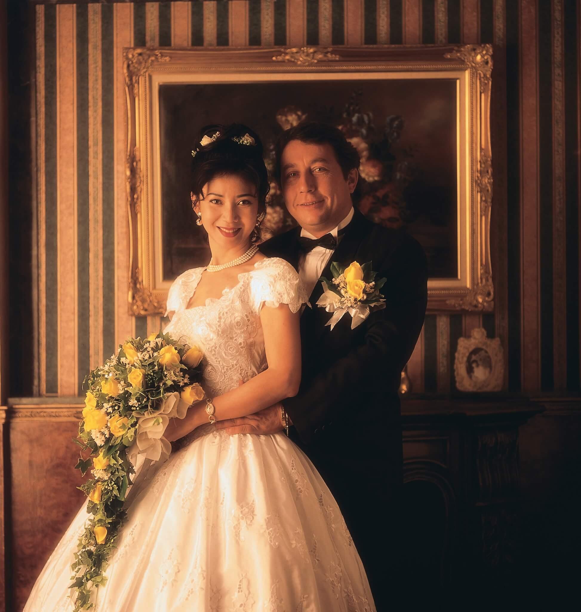 孫泳恩於1994年2月與賓康結婚,左手戴老公精挑的五卡五鑽戒,右手戴金鐲。