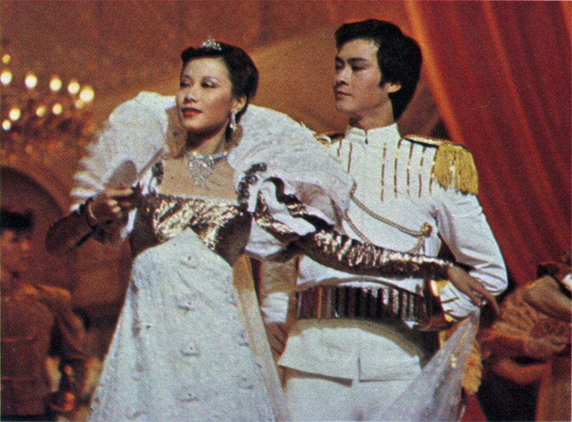 1980年,蕭芳芳突然得悉懷有身孕辭演,張天愛被臨時拉伕上陣,距離演出只剩下三日,所以要作通宵綵緋。