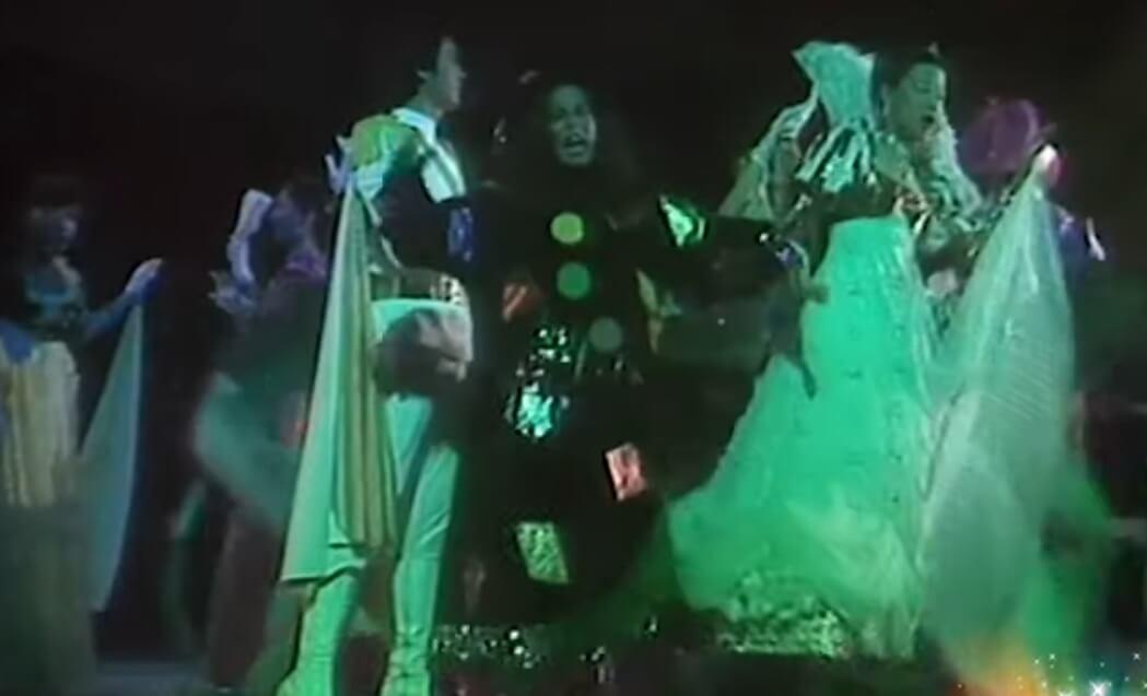 這一幕講述「巫婆」杜麗莎打個噴嚏,便把Flora的華衣美服換掉,但在綵排時,卻不幸發生Flora墮台事件。