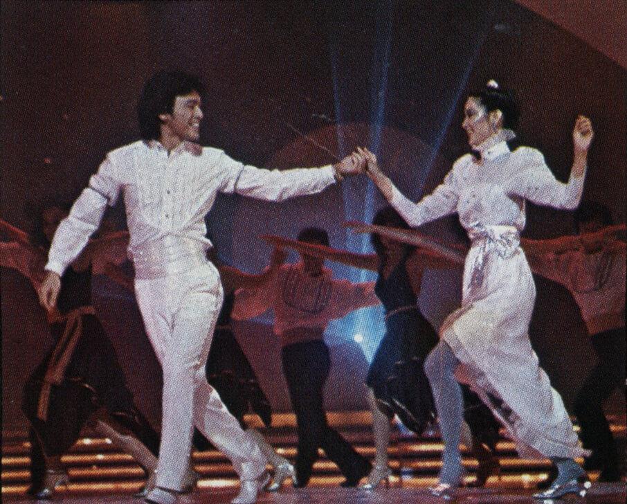 演出前一天,其中一件舞衣仍未夠理想,遂由服裝間人員立即縫製,與阿B合唱的白色舞衣便是漏夜趕製的成品。