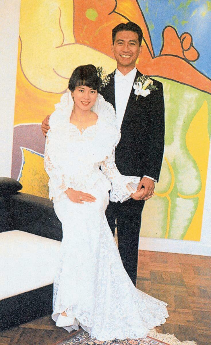 鄭文雅與虞哲揮於1991年11月結婚,她的婚紗由意大利名家Ferre設計,而拍攝婚紗照的背景是其繪的人體畫。