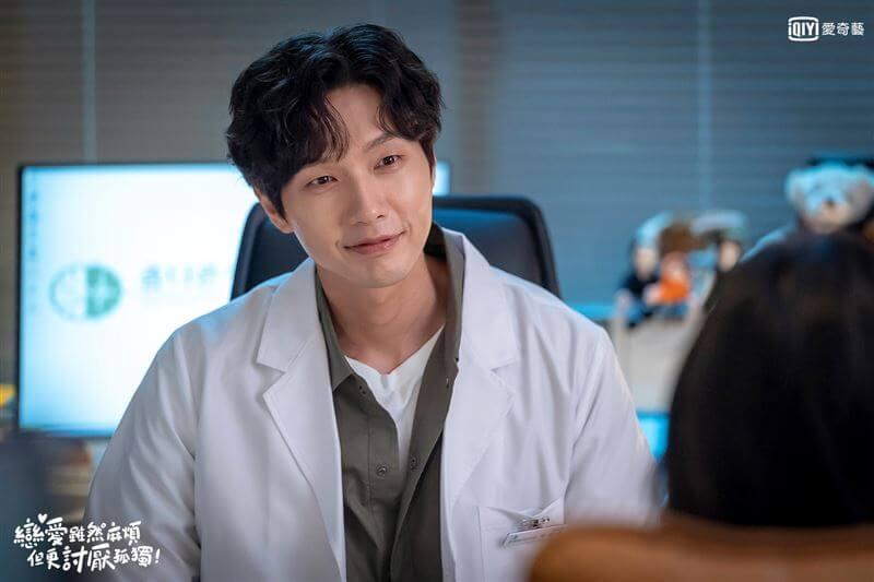 池賢宇在劇中飾演精神科醫生,被喻為「浪漫達人」的他,謙虛說擔當不起。